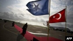 თურქეთის პრემიერმა სომალიში ვიზიტისას მეზღვაურების განთავისუფლება მოითხოვა