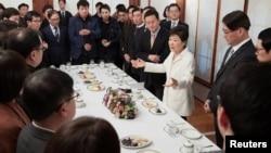Presiden Korea Selatan Park Geun-hye saat bertemu dengan wartawan di rumah kepresidenan di Seoul, Korea Selatan, Minggu, 1 Januari 2017.