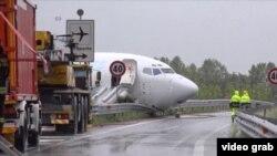Imagen tomada de un video que muestra la nariz del avión de DHL sobre la carretera que corre al lado del aeropuerto de Bérgamo.