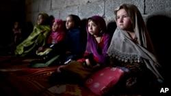 بر اساس تخمین دیدبان حقوق بشر، از هر سه دختر افغان، دو تن شان از رفتن به مکتب محروم اند