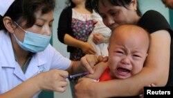 一名中国儿童在安徽合肥的一个保健中心打麻疹疫苗针。(资料照片)