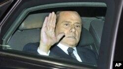 意大利总理贝卢斯科尼11月12日在罗马与总统纳波利塔诺会晤后离开总统府