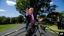 Predsjednik Donald Trump obraća se novinarima ispred Bele kuće, 21. avgust 2019.