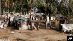 Người tị nạn Hồi giáo Rohingya đứng gần căn lều của họ trong trại tị nạn Awetawgyi ở Sittwe, bang Rakhine ở miền tây Miến Ðiện.