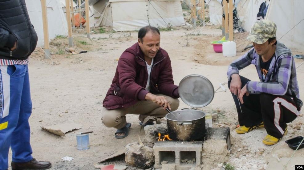 Refugjatët presin dimrin në tenda në Greqi