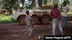 Des enfants observent un véhicule des Casques bleus marocains, à Bangassou en Centrafrique le 14 août 2017.