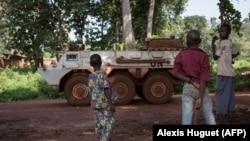 Des enfants observent le véhicule des casques bleus marocains, Bangassou, le 14 août 2017.