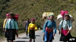 Có 170.000 người Hmong sinh sống tại Ðiện Biên, chiếm khoảng 35% dân số trong khu vực, đa số có mức thu nhập chưa tới 100 đô la/năm