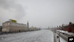 图为莫斯科市中心一处建筑物上树起的反普京的巨大标语牌(左)。右边就是克里姆林宫