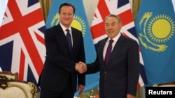 Presiden Kazakhstan Nursultan Nazarbayev (kanan) bersalaman dengan PM Inggris David Cameron dalam pertemuan di Astana, Kazakhstan hari Senin (1/7).