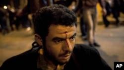 5일 대통령궁 앞에서 찬반 시위대가 충돌한 가운데, 부상을 입은 남성.