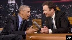 미국 NBC 방송 '투나잇쇼'에 출연한 바락 오바마 대통령(왼쪽)이 사회자와 대화하고 있다.