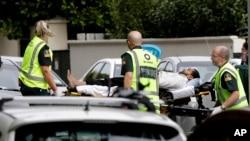 Ekipe hitne pomoći odvoze povređene u napadima na džamije u Krajstčrču