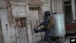 İraq hərbi qüvvələrinin əsgəri Mosul şəhərində hərbi əməliyyatlar zamanı