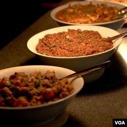Masakan India seperti ini menjadi salah satu jamuan berbuka puasa bagi jamaah masjid.