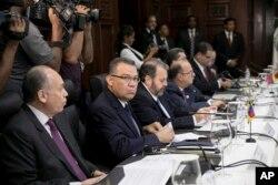 El legislador de la oposición venezolana Enrique Márquez (segundo desde la izquierda) se sienta junto a sus colegas en el Ministerio de Relaciones Exteriores, antes de tomar parte en las negociaciones destinadas a resolver la actual crisis económica y política de Venezuela, en Santo Domingo, República Dominicana.