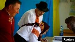 우크라이나 유권자들이 25일 시작된 대선에 투표하고 있다.