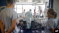 Médicos atienden a un paciente de COVID-19 en el Nouvel Hopital Civil de Estrasburgo, este de Francia, el jueves 22 de octubre de 2020. Francia ha confirmado más de 34.000 muertes en la pandemia.