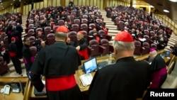 El cardenal canadiense, Thomas Christopher Collins saluda a los medios al finalizar la primera reunión en el Vaticano. Hay llegado en total 103 cardenales de los 115 que participarán en el Cónclave.