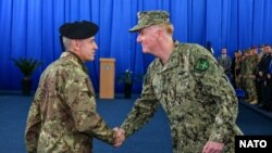 Bivši komandant KFOR-a Đovani Fungo i komandant združenih snaga NATO-a u Napulju admiral Džejms Fogo na Kosovu, Foto:Glas Amerike