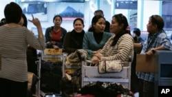 Rombongan pekerja Filipina tiba di bandara Internasional Manila dari Suriah (Foto: dok).