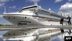 停泊在聖彼得堡港的至尊公主號郵輪。