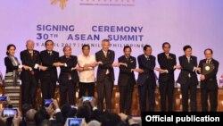 Thủ tướng Nguyễn Xuân Phúc (thứ 4, từ trái sang) tại Hội nghị thượng đỉnh của khối ASEAN ngày 29/4/2017.