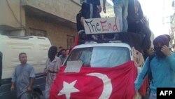 Şam'da Cuma namazından sonra protesto yürüyüşü yapan göstericiler (24 Haziran, 2011)