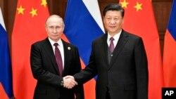 시진핑 중국 국가 주석(오른쪽)과 블라디미르 푸틴 러시아 대통령이 지난 4월 중국 베이징에서 만나 정상회담을 했다.