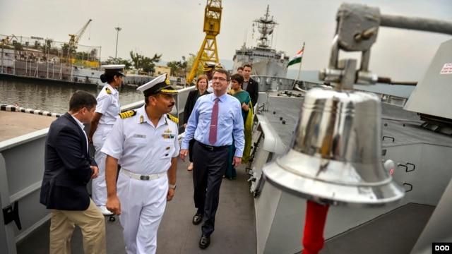 Chỉ huy tàu khu trục INS Sahyadri của Hải quân Ấn Độ hướng dẫn Bộ trưởng Quốc phòng Mỹ tham quan tàu khu trục INS Sahyadri tại Vizag. (Ảnh: Glenn Fawcett/Bộ Quốc phòng Hoa Kỳ).