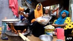 Une Somalienne et ses enfants préparent leur repas Iftar pendant le mois de Ramadan au camp de fortune de Shabelle dans le district de Hodan à Mogadiscio, en Somalie, le 24 avril 2020.