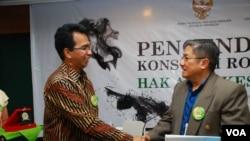 Ketua Komnas HAM Ifdal Kasim (kiri) dan Staf Menteri Kesehatan bidang Politik kebijakan Kesehatan Bambang Sulistomo dalam acara serah terima naskah akademik Rancangan Undang-undang tentang pengesahan kerangka kerja konvensi pengendalian tembakau (28/9).
