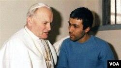 El 13 de mayo de 1981, la situación se repite. Alí Agca, miembro de un grupo extremista, le disparó en el vientre y en la mano al iniciar una audiencia.