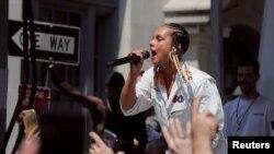 Перед участниками митинга выступила популярная R'n'B-певица Алиша Кис