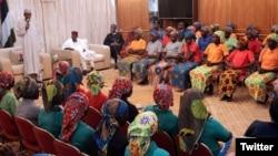 Le président Muhammadu Buhari, à gauche, s'adresse à 82 lycéennes de Chibok libérées par Boko Haram, Abuja, Nigeria, le 7 mai 2017.