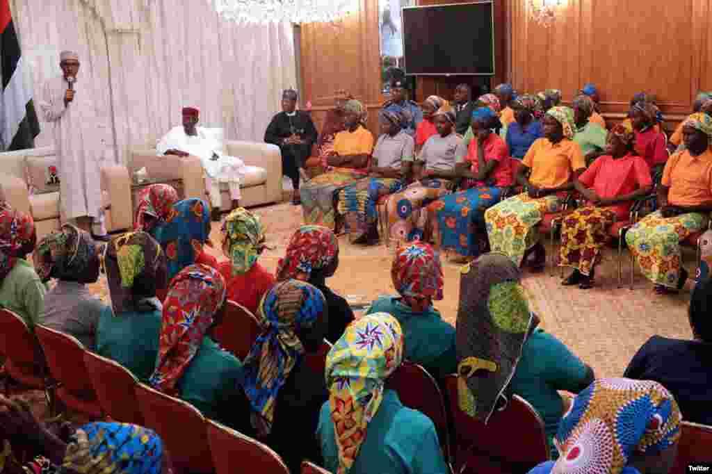 اتوار کونائجیریا کے صدر محمدو بوہاری نےدارالحکومت ابوجا میں ان طالبات کا استقبال کیا۔
