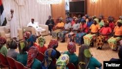 尼日利亚总统布哈里2017年5月7日在接见82名被博科圣地极端分子释放的奇博克镇女学生时讲话。