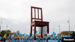 人權活動人士2018年11月6日在聯合國人權理事會前抗議中國當局侵權(路透社)
