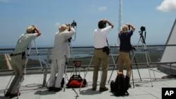 Các nhiếp ảnh gia theo dõi tên lửa Atlas V với tàu vũ trụ Juno khi cất cánh từ bệ phóng Complex-41 ở Cape Canaveral, Florida, ngày 5 tháng 8 năm 2011.