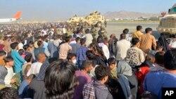 کابل ایئرپورٹ کے باہر لوگوں کا ہجوم۔ لوگ جلد از جلد ملک چھوڑنے کے خواہش مند۔ 17 اگست 2021