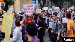 """2018年6月10日,越南河內經濟特區法律草案引起示威,抗議者舉著標語""""任何時候也不向中國出租土地""""。"""