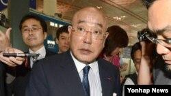 북한을 방문했던 일본의 이지마 이사오 특명 담당 내각관방 참여(총리 자문역)가 18일 베이징 국제공항에서 일본으로 출국하고 있다.