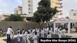 """Les enfants font du Taekwondo à """"Empire des enfants"""", à Dakar, le 24 décembre 2018. (VOA/Seydina Aba Gueye)"""