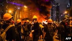 香港抗議者在灣仔點燃一處路障。(2019年8月31日)