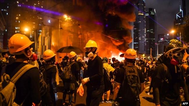 香港抗议者在湾仔点燃一处路障。(2019年8月31日)