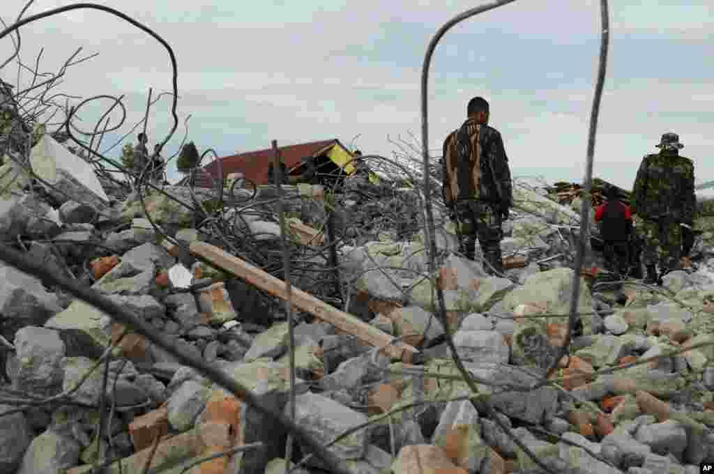Petugas penyelamat mencari korban menyusul gempa bumi di Ketol, Aceh Tengah (3/7).
