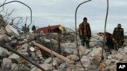 Lực lượng cứu hộ tìm kiếm nạn nhân động đất tại Ketol, tỉnh Aceh, Indonesia, ngày 3/7/2013.