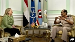 Госсекретарь США Хиллари Клинтон и маршал Хусейн Тантави на встрече в Министерстве обороны Египта. Каир. 15 июля 2012 г.