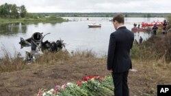 ປະທານາທິບໍດີຣັດເຊຍ ທ່ານ Dmitry Medvedev ຢືນໄວ້ອາໄລ ໃຫ້ແກ່ພວກເຄາະຮ້າຍ ທີ່ເສຍຊີວິດຍ້ອນ ເຮືອບິນຕົກທີ່ແຄມແມ່ນໍ້າ Volga ໃກ້ໆເມືອງ Yaroslavl ຫ່າງຈາກກຸງມົສກູ ໄປທາງກໍ້າຕາເວັນອອກສຽງເໜືອ ປະມານ 240 ຫຼັກກິໂລແມັດ (8 ກັນຍາ 2011)