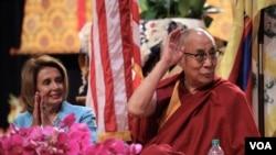 前美国国会众议长佩洛西和达赖喇嘛。(美国之音记者赵江拍摄 )
